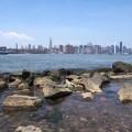 und vom Ufer einen Blick auf Manhatten werfen.