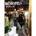 Kurzes Mirror-Selfie beim Stand vom Voo Store mit Kumpanin Anna