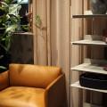 """Links: der hübsche """"Outline Chair"""", rechts: das neue Regal """"Compile Shelving System"""" (gibt es in unterschiedlichen Größen)"""
